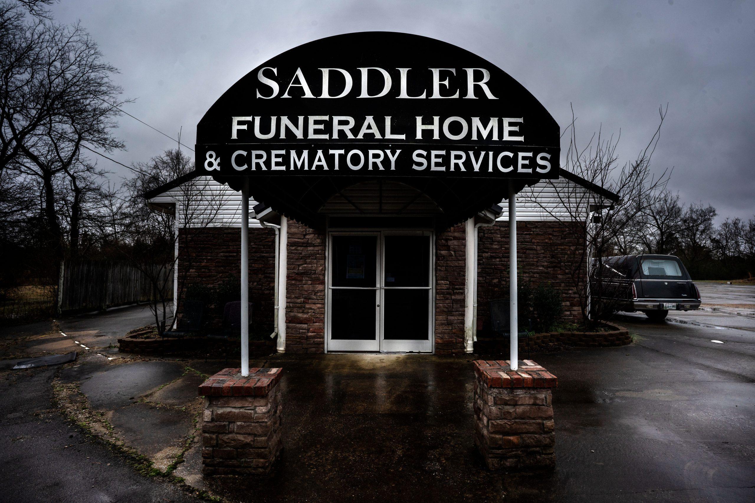 Director de funerarias hizo promesas a familias inmigrantes y no cumplió